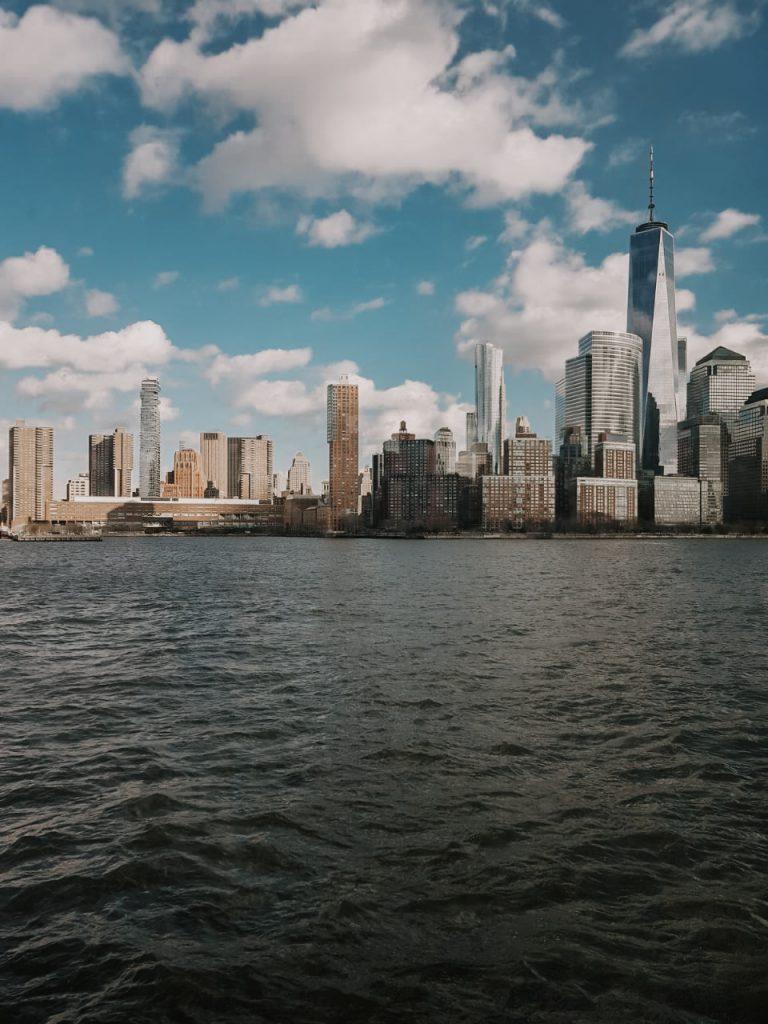 Uitzicht op One World vanaf het water