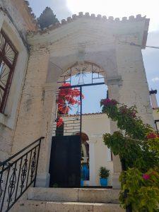 Poort klooster uitzicht Pythagorion Samos