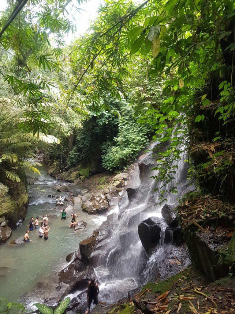 Uitzicht vanaf trap waterval Kanto Lampo