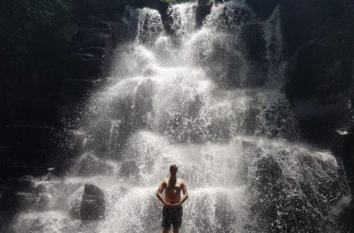 Wouter op waterval Kanto Lampo met achtergrond
