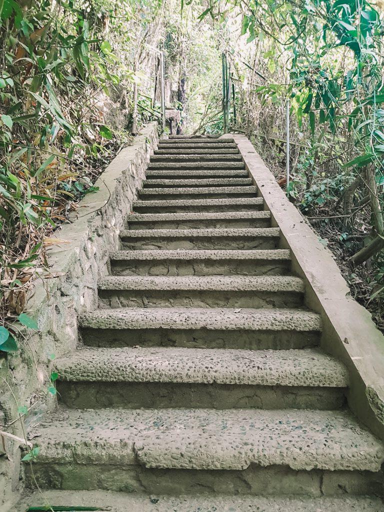 Stenen trappen bij Tegenungan Bali
