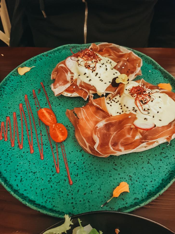 Bord met ontbijt bij Eixampeling