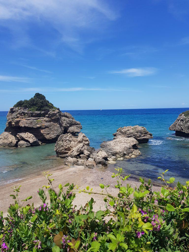 Rotsblokken Xigea beach